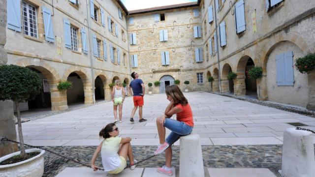 La cour de l'Arsenal à Navarrenx, marqué un des plus beaux villages de France.