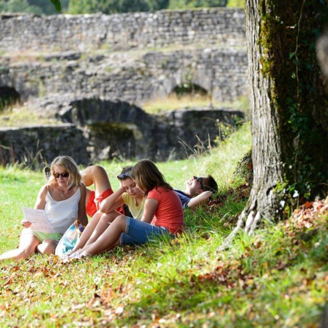 Passez un moment de détente à l'ombre des arbres sur les remparts à Navarrenx, un des plus beaux villages de France, situé en Béarn.