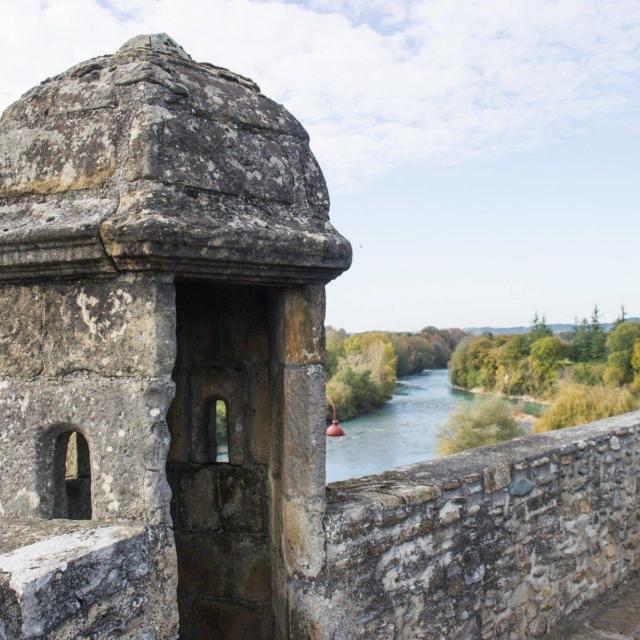 La guérite, en haut de la Porte Saint-Antoine, à Navarrenx, un des plus beaux villages de France. Au pied s'écoule le Gave d'Oloron.