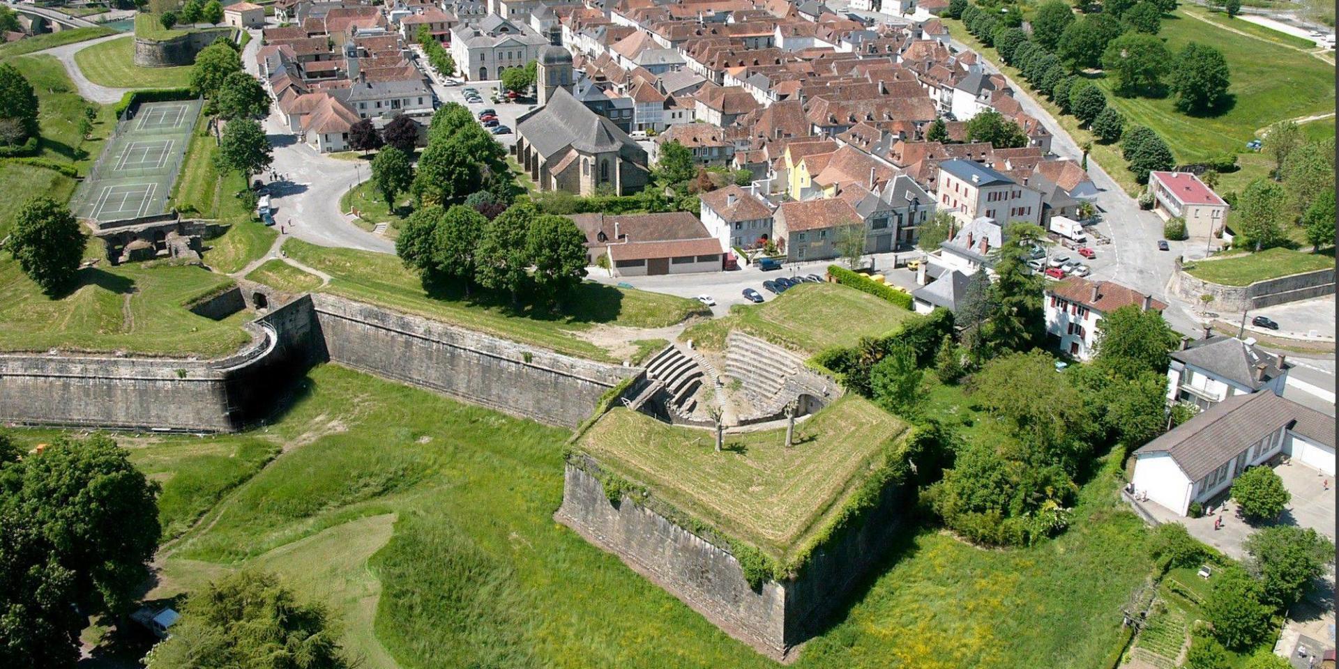 Navarrenx, un des plus beaux villages de France, et ses remparts vus du ciel