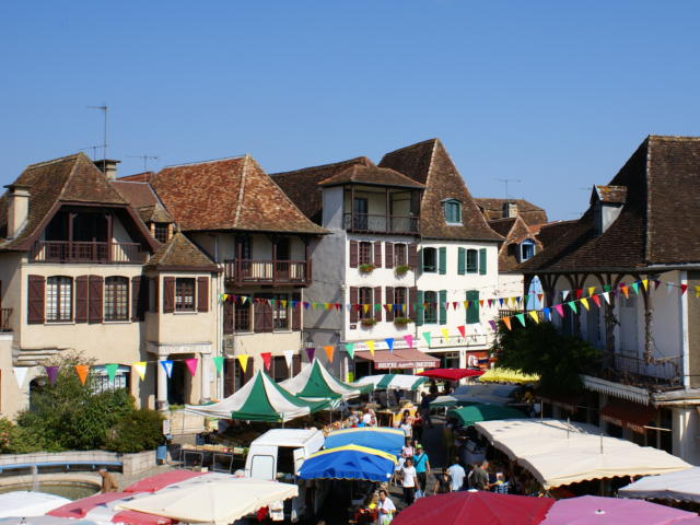 Le marché, place du Bayaà à Salies-de-Béarn