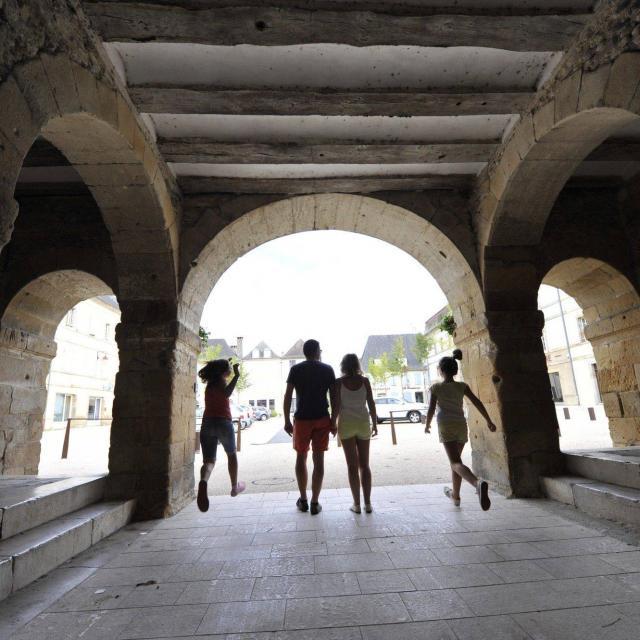 Balade en famille à Navarrenx, un des plus beaux villages de France : passage sous les arches de la Porte Saint-Antoine.