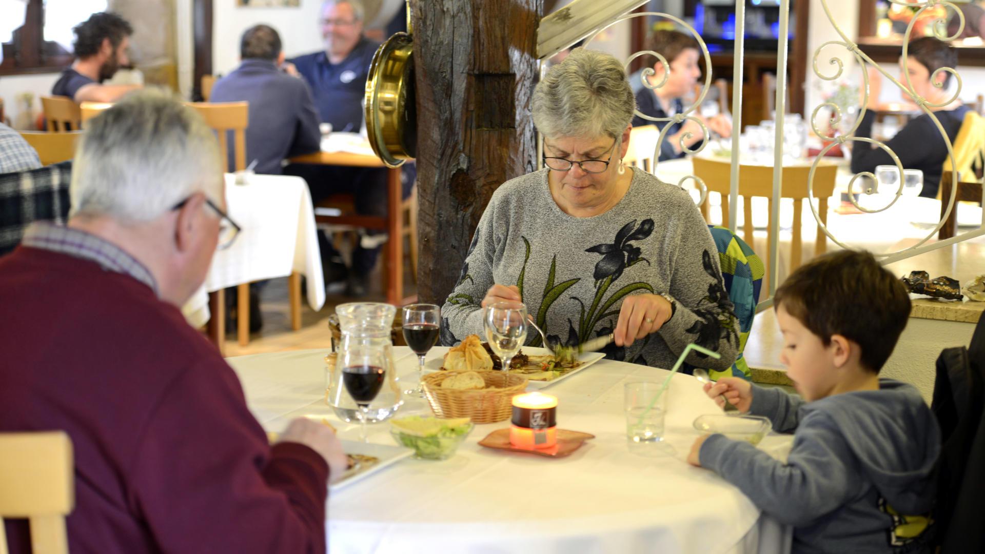 manger-en-famille-au-restaurant.jpg